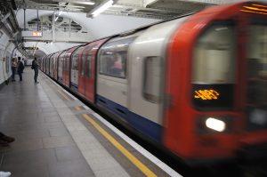 Eine heranfahrende U-Bahn